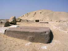 La pyramide de Sésostris I (1934-1898) à Lisht.. Grand bloc de granite sur la chaussée menant à la pyramide. (Site Egypte antique)
