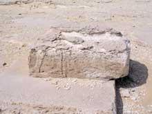 La pyramide de Sésostris I (1934-1898) à Lisht. Vestiges d'un grand temple construit sur la face est de la pyramide. Il contenait de nombreux fragments de bas reliefs. (Site Egypte antique)