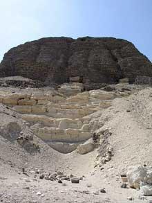 La pyramide de Sésostris II (1866-1862) à Illahoun. Elle a été édifiée sur un monticule naturel de calcaire. (Site Egypte antique)