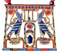 Dahshour: pectoral de Sésostris II. Or incrusté de lapis-lazuli, turquoise et cornaline. Hauteur: 4,8cm. XIIè dynastie. Le Caire, musée égyptien. (Site Egypte antique)