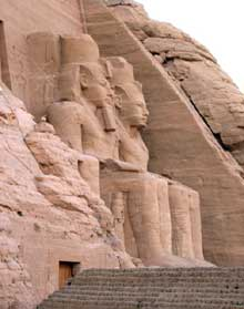 Abou Simbel : le grand temple de Ramsès II. Deux colosses de la façade. (Site Egypte antique)