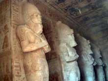 Abou Simbel: le grand temple de Ramsès II. L'intérieur avec les statues colossales du pharaon. (Site Egypte antique)