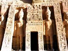 Abou Simbel: le petite temple de Nefertari et Hator. La façade. (Site Egypte antique)