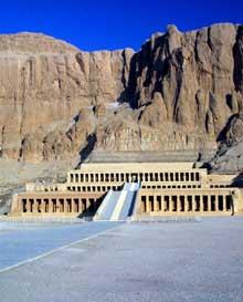 Deir el-Bahari: le temple funéraire de la reine Hatchepsout Maâtkarê. (Hatchepsout Maâtkarêè dynastie, 1479-1457). Vue générale. (Site Egypte antique)