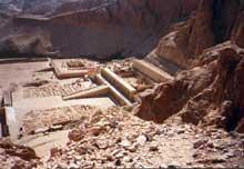 Deir el-Bahari: le temple funéraire de la reine Hatchepsout Maâtkarê.Vue générale de la montagne. Au fond, le temple funéraire de Mentouhotep II (XIè dynastie) (Site Egypte antique)