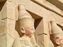 Deir el-Bahari: le temple funéraire de la reine Hatchepsout Maâtkarê. Statues de la façade. Troisième terrasse. (Site Egypte antique)
