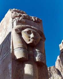 Deir el-Bahari: le temple funéraire de la reine Hatchepsout Maâtkarê. Colonne hatorique. (Site Egypte antique)