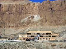 Deir el-Bahari: le temple funéraire de la reine Hatchepsout Maâtkarê. Vue générale. (Site Egypte antique)