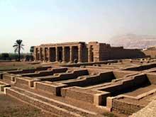 Gourna: le temple de Séthi I. Magasins et portique. (Site Egypte antique)