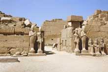 Karnak: le grand temple d'Amon: l'entrée vers le pylône VII. (Site Egypte antique)