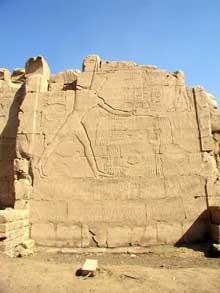 Karnak: le grand temple d'Amon: Face sud 2 du pylône VII avec reliefs de ThoutmosisIII terrassant lses ennemis. (Site Egypte antique)