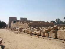 Karnak: le grand temple d'Amon: vue sur le temple de Khonsu commencé par Ramsès III et à chevé à la XXIè dynastie (Site Egypte antique)