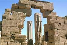 Karnak: le grand temple d'Amon: piliers de la halle de Thoutmosis III (Site Egypte antique)
