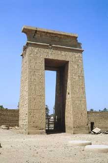 Karnak: le grand temple d'Amon: au-delà du temple de Konshu, la porte des Evergètes marque le début de l'allée des sphinx menant au t de louxor. (Site Egypte antique)