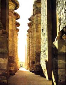 Karnak: le grand temple d'Amon. Colonnade centrale de entre le deuxième et le troisième pylône. XIXè dynastie. Grès. Hauteur des colonnes sous l'architrave: 22,40 mètres. (Site Egypte antique)