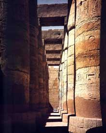 Karnak: le grand temple d'Amon. Une des travées latérales de la grande salle hypostyle, entre le deuxième et le troisième pylône. XIXè dynastie. Grès. Hauteur des colonnes sans l'abaque: 14,74 mètres. (Site Egypte antique)