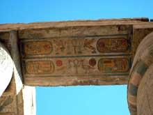 Karnak: le grand temple d'Amon. La salle hypostyle. Dessous d'entablement aux cartouches de pharaon. (Site Egypte antique)