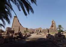 Karnak : le grand temple d'Amon. Le neuvième pylône. Pour remplir ce pylône, Horemheb utilisera des blocs du temple consacré à Aton, édifié pendant la période d'Akhénaton, ainsi que des blocs provenant d'une chapelle en calcaire de Sésostris Ier et d'autres datant de Toutankhamon. (Site Egypte antique)