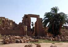 Karnak: le grand temple d'Amon. le dixième pylône. Ce pylône qui ferme le complexe d'Amon sera construit par Aménophis III et probablement remanié par Horemheb. (Site Egypte antique)
