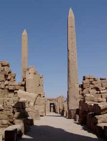 Karnak, sanctuaire d'Amon: Axe divin est-ouest. Orienté selon ces deux axes orthogonaux, le site de Karnak reflète la conception fondamentale que les Égyptiens se faisaient de l'ordre du monde. L'axe nord-sud est une axe terrestre qui correspond au cour