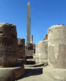 Kanak, le sanctuaire d'Amon. Ouadjyt de Thoutmôsis I. Le quatrième pylône, bâti en calcaire sur un noyau de grès, sous Thoutmosis Ier, correspond à la façade du temple d'Amon, également appelé Ipet Sout. (Site Egypte antique)