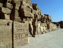 Kanak, le sanctuaire d'Amon: Quatrième pylône. Le quatrième pylône forme, avec le précédent, une petite cour dont il ne reste que des vestiges (Site Egypte antique)
