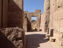 Kanak, le sanctuaire d'Amon: Cour des Fêtes de Thoutmôsis II. Vestibule entre les quatrième et cinquième pylônes. La petite cour dont il ne reste que des vestiges, appelée Cour des Fêtes de Thoutmôsis II, abritait quatre obélisques. (Site Egypte antique)