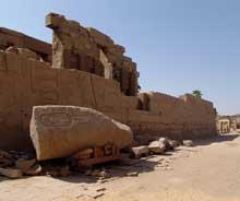 Karnak, sanctuaire d'Amon : le troisième pylône. Le troisième pylône borde une cour qui abritera une paire d'obélisques qui marqueront à la fois l'entrée vers la demeure secrète du dieu et la rencontre des directions cardinales du monde, sur lesquelles régnait Amon. Doté à l'origine de mâts à oriflammes, ce pylône sera construit à partir d'environ treize constructions antérieures (chapelle Rouge de Hatchepsout, blocs de la chapelle d'Aménophis Ier, blocs de la chapelle de Sésostris I ...). Vidé de tous ces éléments qui seront réutilisés par les archéologues modernes pour reconstituer, dans un musée de plein air, le pylône ne présente plus que ses murs extérieurs. (Site Egypte antique)