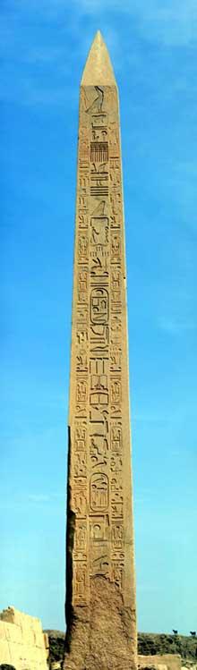 Karnak, sanctuaire d'Amon: l'obélisque de Thoutmosis I devant le pylône IV. Hauteur: 21,81m (Site Egypte antique)