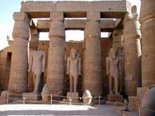Louxor: le temple d'Amon-Rê: côté est de la colonnade de Ramsès II avec les statues en position debout du pharaon entre les colonnes.  (Site Egypte antique)