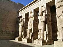 Médinet Habou: le temple de Ramsès III: piliers osiriaques. (Site Egypte antique)