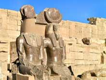 Médinet Habou: le temple de Ramsès III: statues en granit du pharaon. (Site Egypte antique)