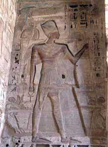 Médinet Habou: le temple de Ramsès III: première cour. (Site Egypte antique)
