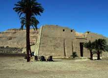 Médinet Habou: le temple funéraire de Ramsès III. Le grand pylône d'entrée. (Site Egypte antique)