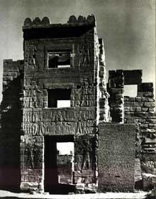 Médinet Habou: le temple funéraire de Ramsès III. Le Migdol, porte Est. (Site Egypte antique)