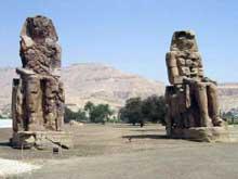 Kôm el-Heitan: les «colosses de Memnon», tout ce qui reste du premier pylône du temple d'Aménophis III ou «Aménophium». Quartzite. Hauteur: 19,20 mètres. (Site Egypte antique)