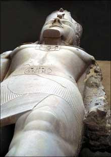 Memphis: temple de ptah: colosse couché de Ramsès II. XIXè dynastie. (Site Egypte antique)