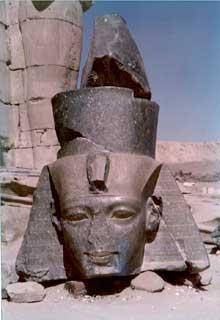 Louxor: le Ramesseum. Tête de RamsèsII. (Site Egypte antique)
