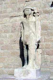 Ouadi es-Seboua: l'hémispéos de Ramsès II. XIXè dynastie. Statue debout de Ramsès II devant le pylône. (Site Egypte antique)