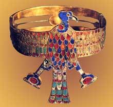 Dra Aboul Naga. Tombe de la reine Aahhotep. XVIIIè dynastie. Bracelet orné d'un vautour aux ailes déployées. Or cloisonné, lapis-lazuli, cornaline et feldspath vert. Le Caire: Musée égyptien. (Site Egypte antique)
