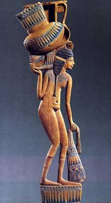 Thèbes. «Cuiller» à fard: porteuse d'amphore. XVIIIè dynastie. Bois peint, 31,5cm. Paris, Louvre. (Site Egypte antique)