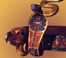 Thèbes, vallées des rois, tombe de Toutankhamon. Détail du diadème du pharaon avec le cobra du Nord et le vautour du Sud. XVIIIè dynastie, vers 1347. Or, pâte de verre, cornaline. Hauteur, 37cm. Musée du Caire. (Site Egypte antique)