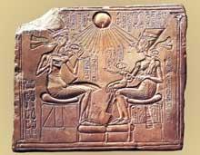 Relief d'Akénathon et de sa famille. Tell el-Amarna, Nouvel Empire, XVIIIe dynastie, règne d'Akhénaton. Berlin, Staatliche Museen. (Site Egypte antique)
