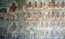El Kab en Nubie: bas relief peint représentant une scène de banquet dans le tombeau de Paheri (Site Egypte antique)