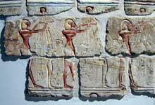 Karnak, Gematon d'Akhenaton: reconstitution de «talatates»: l'offrande du roi à Aton. Musée de Louxor. (Site Egypte antique)