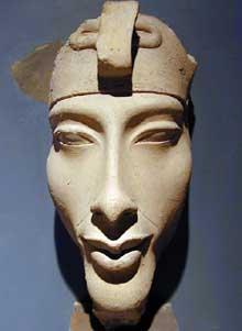 Fragment d'un colosse d'Aménophis IV – Akhenaton. Vers 1365-1360 av. J.-C. Musée de Louxor. (Site Egypte antique)
