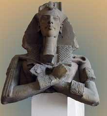 Buste colossal du roi Akhenaton dans l'attitude d'Osiris. Il se dressait contre l'un des piliers du péristyle de Karnak. Le souverain y fera construire son temple durant la premiére partie du règne, à l'extérieur et à l'est du grand temple Amon-Râ. Les v