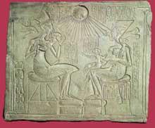 Stèle votive d'Akhénaton, de son épouse et de leurs trois filles. XVIIIème dynastie époque d'Amarna. (Site Egypte antique)