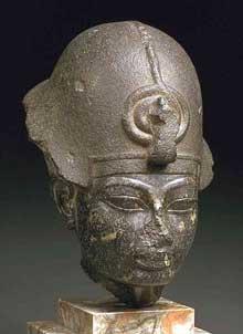 Tête d'Aménophis III. XVIIIe dynastie, règne d' Aménophis III. Le Caire, musée égyptien. (Site Egypte antique)