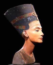 Néfertiti. Buste. XVIIIème dynastie époque d'Amarna. Calcaire peint. 50cm. Musée de Berlin. (Site Egypte antique)